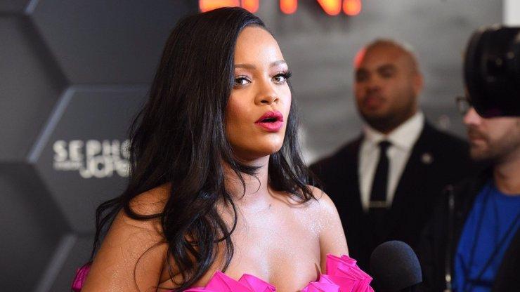 Rihanna donutila předvádět těhotnou modelku! Sešla z mola a odtekla jí plodová voda!