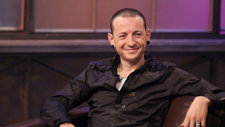 Bubeník z kapely Linkin Park o sebevraždě Chestera Bennigtona: Má žena to věděla