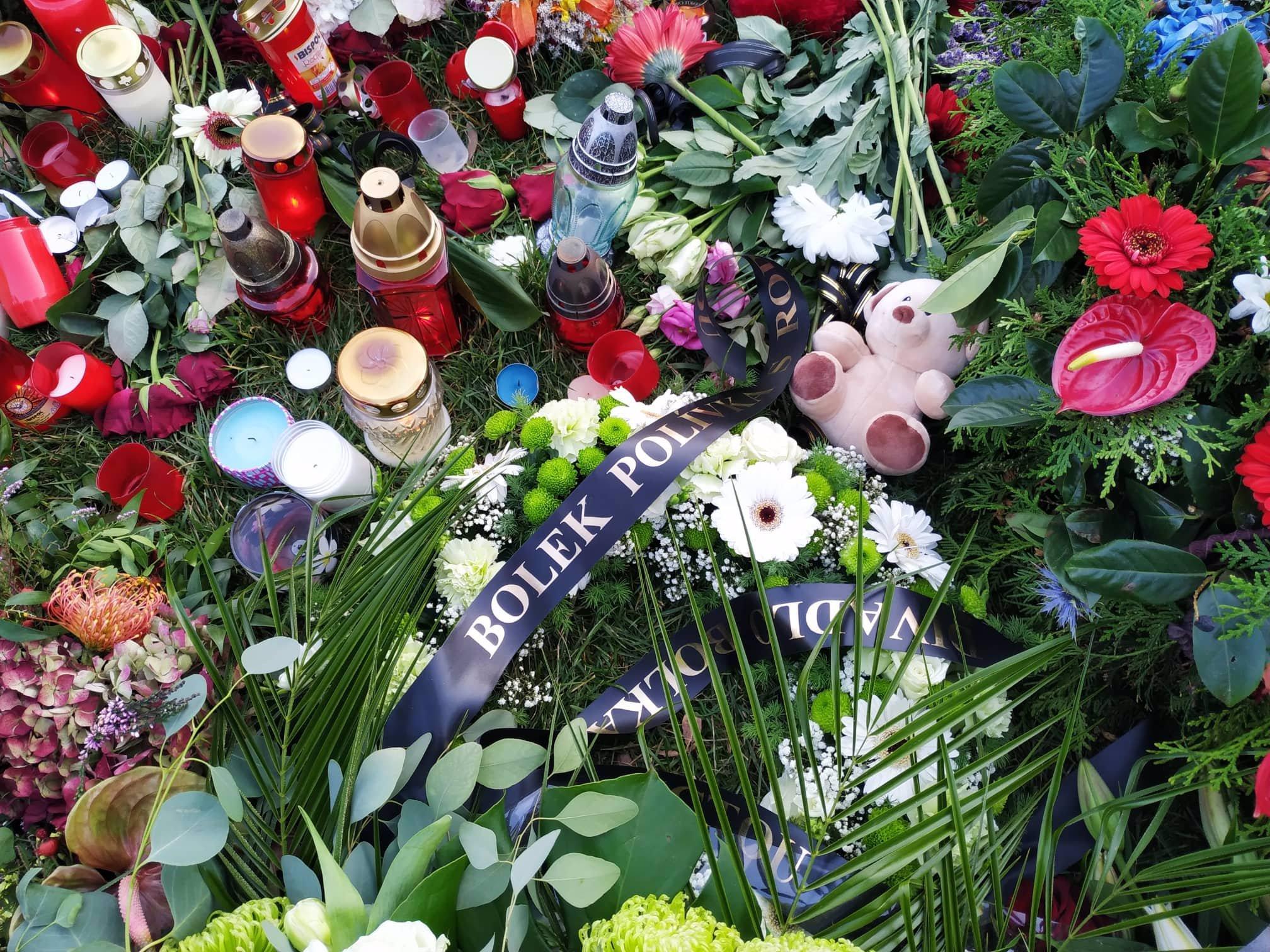 Bertramka i zahrada Kinských v obležení květin a svíček: Leží tam miliony korun