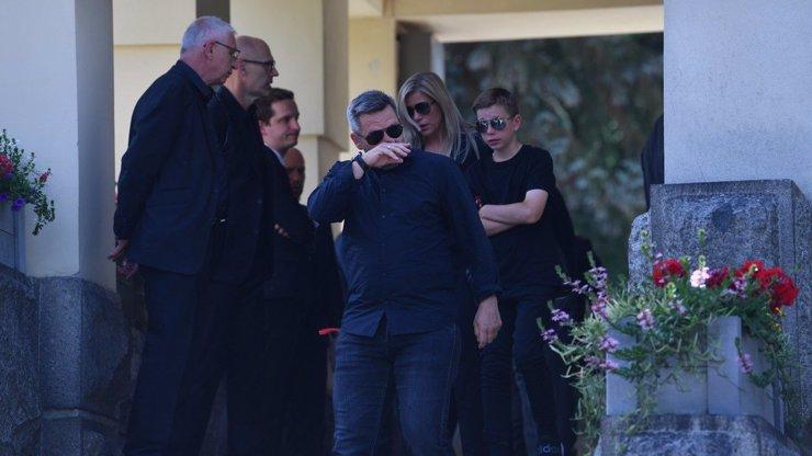 Rodina, přátelé a fanoušci dali poslední sbohem Mariánu Čišovskému (†40): Horváth odcházel ze síně v slzách