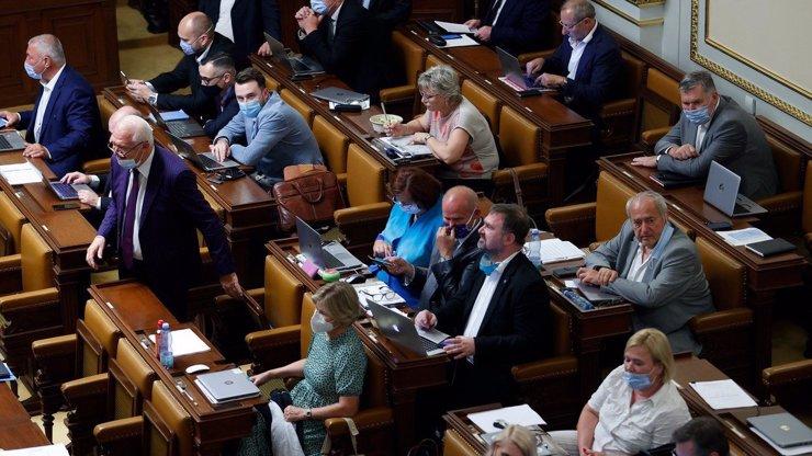 Bouřlivá debata ve Sněmovně: Poslanci nepodpořili práva homosexuálů, ale omezili kojenecké ústavy