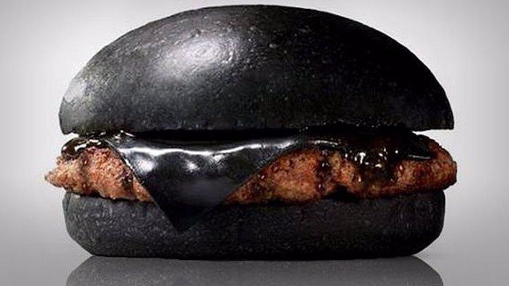 Hitovkou letošního podzimu je černý burger. Co to sakra je a z čeho vůbec?