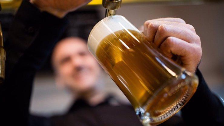 Pivo zdražuje, Češi si ho přesto mohou dovolit víc než před dvaceti lety. Kolik stálo v roce 1993?