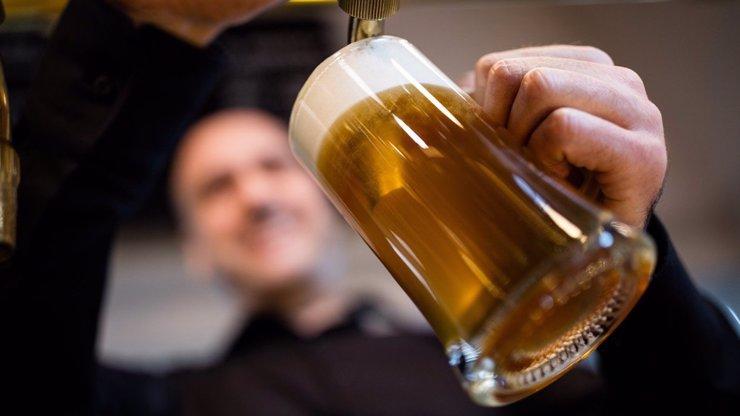 Češi se nemohli dočkat čepovaného piva. Ostravská hospoda se naplnila během půl hodiny
