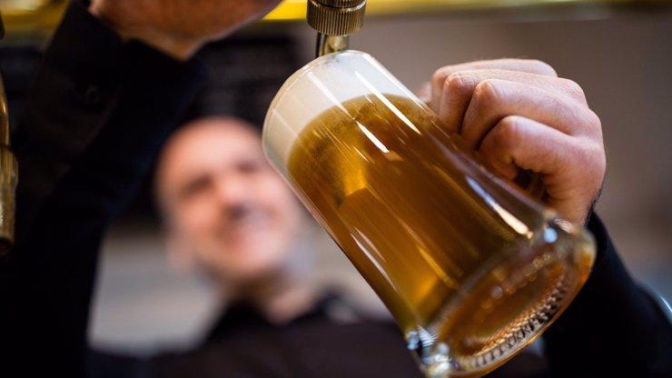 Dali přednost pivu před dětmi: Opilým rodičům musela ratolesti odebrat sociálka. Byla jim zima a měly hlad