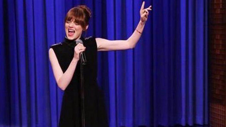 Herečka Emma Stone totálně odbourala publikum svým skvělým zpěvem na playback