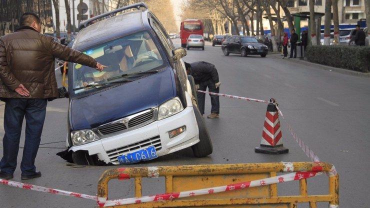 Nizozemští vědci přišli se záchranou pro řidiče: Vymysleli asfalt, který se opraví sám!