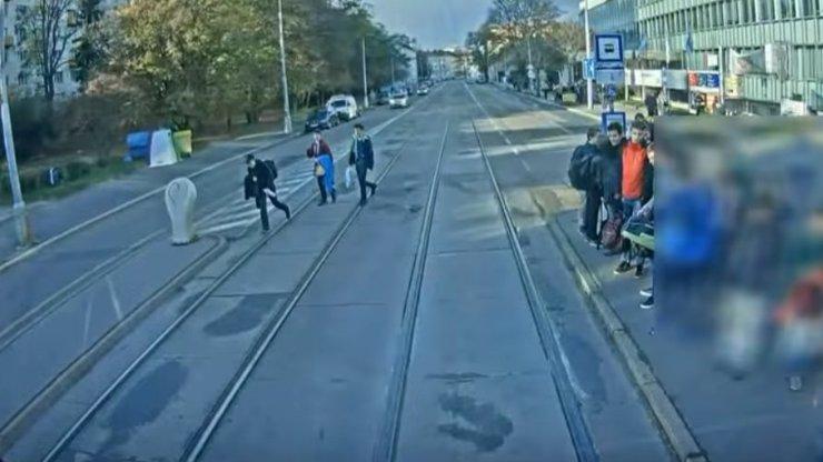 Tohle video by mělo sloužit jako varování: Chlapce v Brně srazila tramvaj, civěl do mobilu