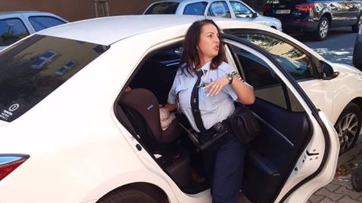 Matka v Brně nechala dceru (2) v autě: Potila se a plakala, vysvobodili ji strážníci