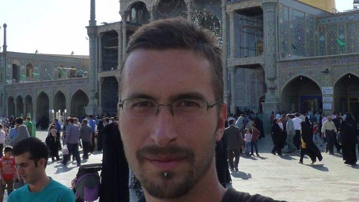 Kriminalisté vědí, kde je hledaný schizofrenní vrah Jan Heidinger! Proč ho tedy neseberou?