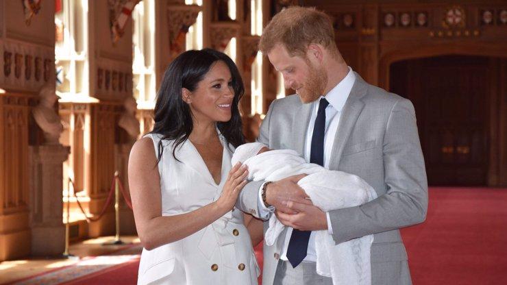 Takhle roste malý Archie: Meghan Markle a princ Harry poslali rozkošné vánoční přání