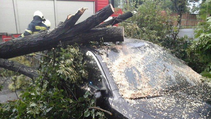 Bouřky zaměstnaly hasiče: Zasahovali u stovek událostí. Na auto s manželským párem spadl strom