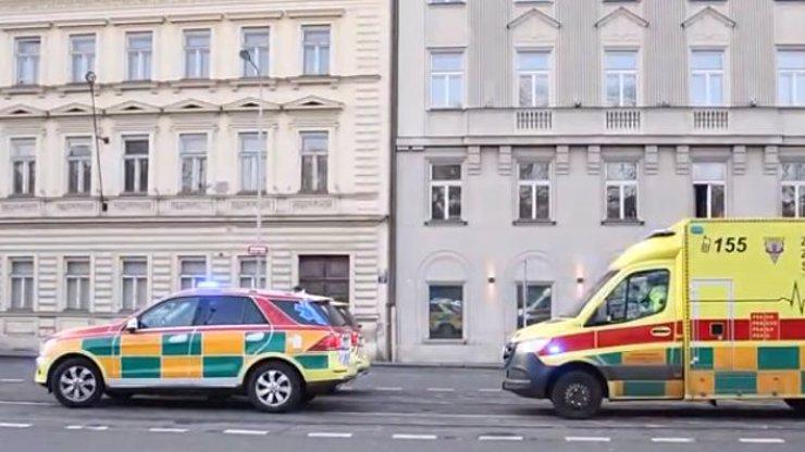 Nebezpečné manévry v centru Prahy: Muž se před policisty střelil do hlavy