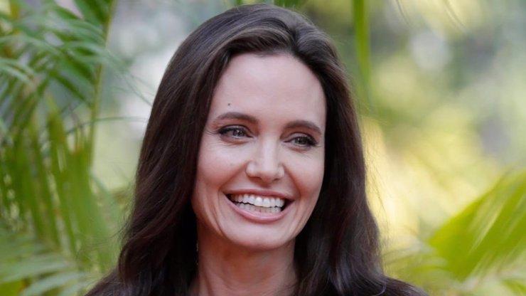 Po Bradovi už netruchlí: Angelina Jolie se údajně zamilovala do slavného zpěváka!