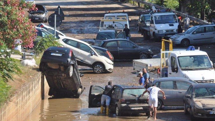 Děsivá bouře řádila na Sicílii: Ulice Palerma se ocitly pod vodou, nejméně dva mrtví
