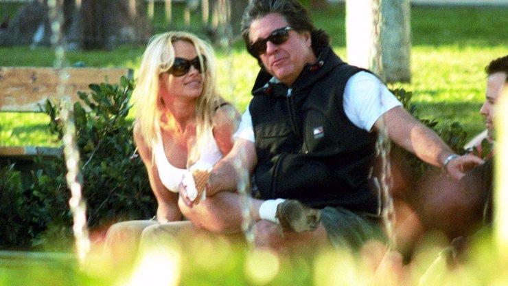 Pamela Anderson se popáté vdala: Vzala si Jona Peterse, který ji balil 35 let v kuse