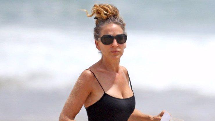 Sarah Jessica Parker se předvedla na pláži: Se stárnutím se pere se ctí