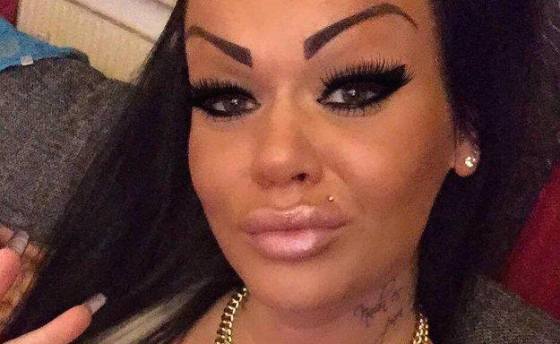 Žena si nechala vytetovat obočí. Na Facebooku se jí teď všichni posmívají a virtuálně ji šikanují!