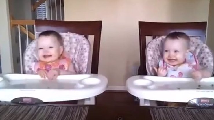 Tanečnice z Lúčnice! Podívejte se na rozkošné video dvou trsajících miminek, které baví internet