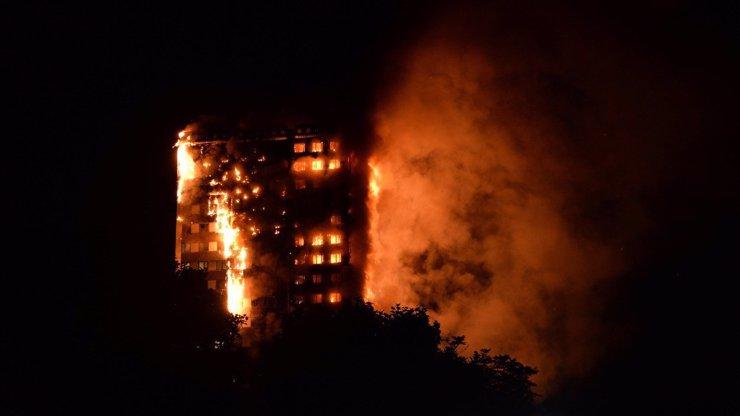 Věžák v Londýně zachvátily smrtící plameny!  Uvnitř mohou být ještě lidé!