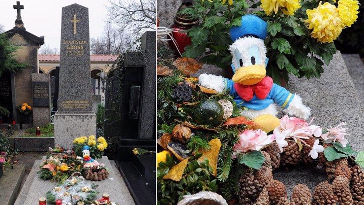 Hrob Stanislava Grosse je svátečně ozdoben: Pomník hlídá dnem i nocí kačer Donald