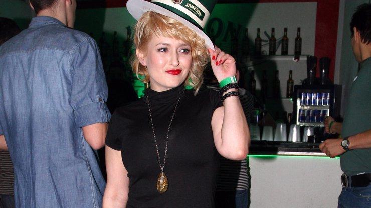Česká Marilyn si vyšla v průhledném topíku! Podívejte na ty krásné čtyřky!