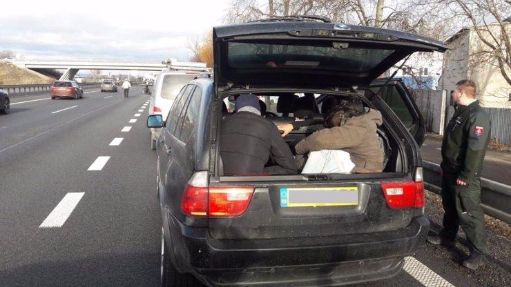 Ujížděl ze Slovenska až do Brna: Řidič BMW vezl v autě 8 imigrantů
