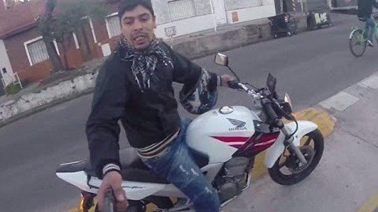 Děsivé záběry: Turista natočil, jak se ho snaží okrást zločinec s pistolí, když se projížděl na kole v Buenos Aires!
