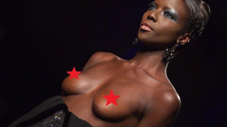 Ups! Modelce na přehlídce praskly šaty a předvedla nechtěný striptýz. Sledujte, co to s ní udělalo