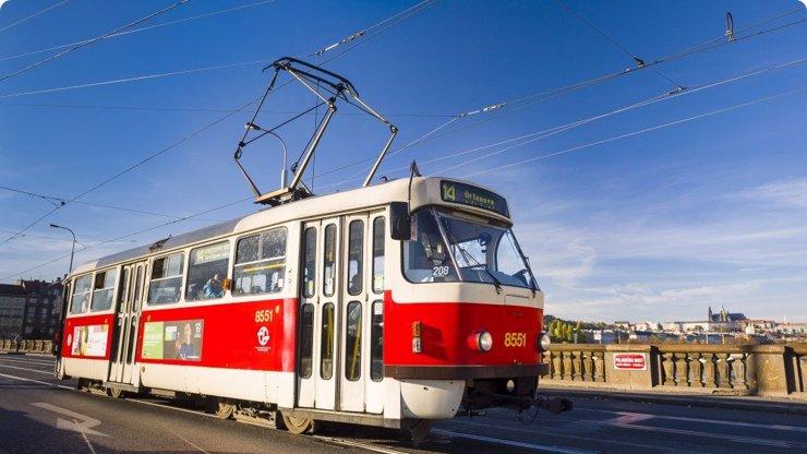 Panika v pražské tramvaji: Muž ohrožoval cestující nožem, policista musel střílet