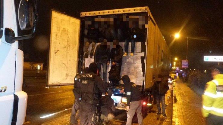 Na Slovensku zastavili dva kamiony, ve kterých se skrývalo 78 migrantů!