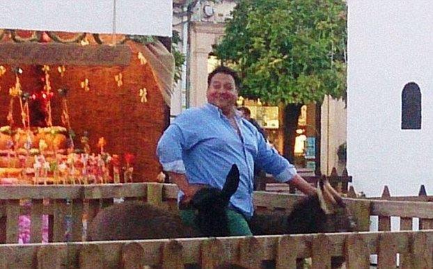 Krutý osud živého betléma ve Španělsku: Tlustý opilý muž tam zasedl roztomilého oslíka!