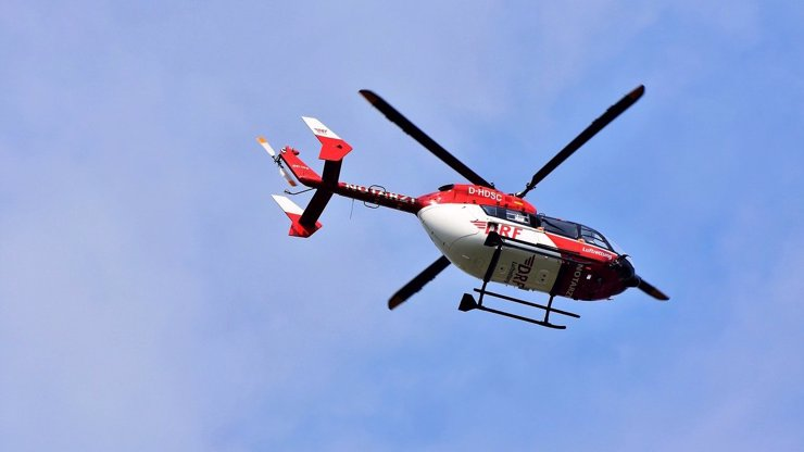 Dívka (13) byla zasažena elektrickým proudem: Šplhala na vagón, letěl pro ni vrtulník