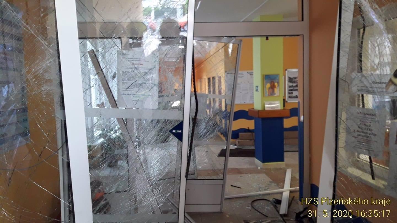 Muž (32) najel do domova důchodců v Tachově: Stařenka při útěku upadla a později zemřela
