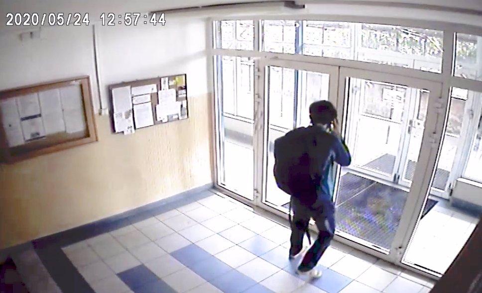 Pomozte najít zrůdu z Prahy! Tento muž zneužil ve výtahu teprve 11letou dívku