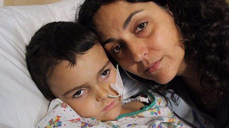 Chlapec s nádorem na mozku, kterého jeho rodiče unesli z nemocnice, je v Praze!