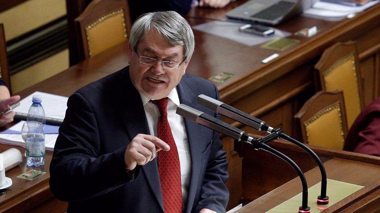Předseda komunistů Vojtěch Filip leží v nemocnici: Důvodem je nejspíš infarkt v kanceláři