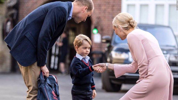 Princ George šel poprvé do školy jenom s tátou: Kate Middleton je na tom špatně!