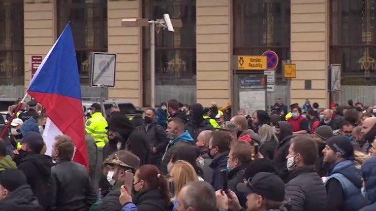 Nejsme malé děti, kovidismus je ideologie: Lidé v Praze protestují proti koronavirovým opatřením