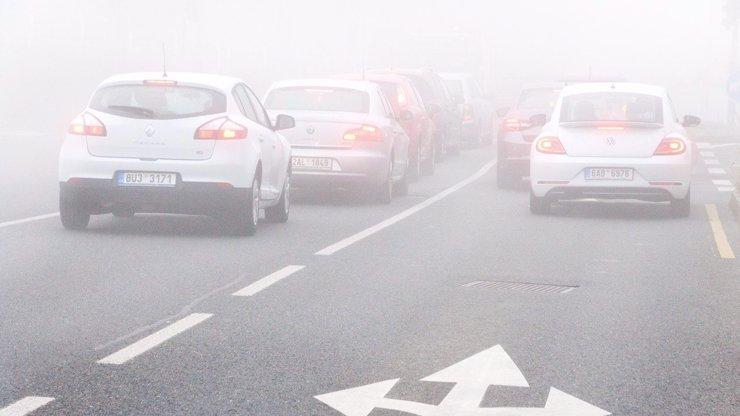 Řidiči pozor, silnice budou klouzat: Meteorologové varují před námrazou v těchto krajích