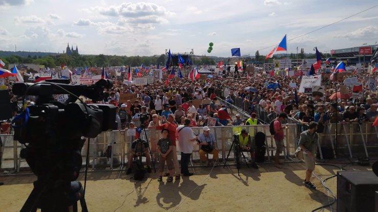 Nejpřesnější číslo: Na demonstraci proti Babišovi bylo 283 000 lidí, uvedl telefonní operátor