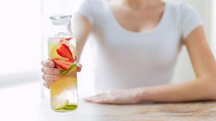 HITEM INTERNETU SE STAL SILNĚ DETOXIKAČNÍ NÁPOJ: 6 druhů ovoce vám zatočí s tuky!