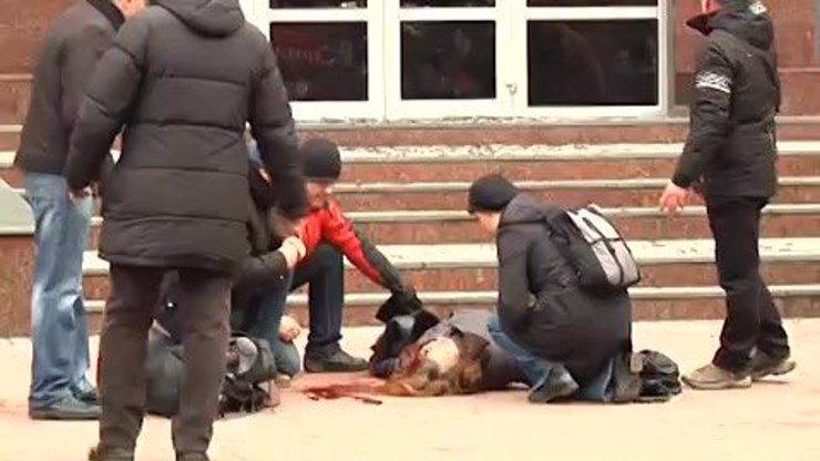 Ukrajina tvrdí, že došla ke smíru, na ulici ale stále umírají lidé: Tuhle ženu zastřelili jednou ranou do hlavy