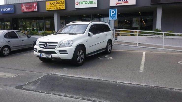 Znáte tohoto řidiče? Mercedes s kmotrovskou značkou postavil rovnou na dvě místa pro invalidy!