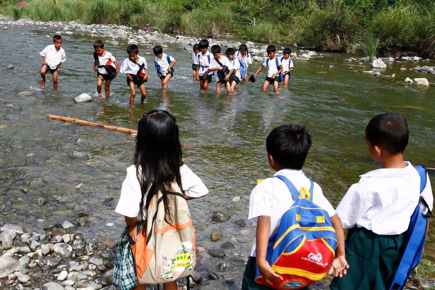 Nestěžujte si na svou cestu do školy - podívejte se, čím procházejí školáci na Filipínách