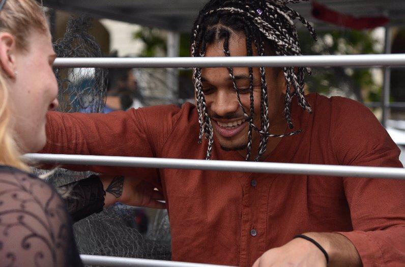 Boj za lepší život slepic pokračuje: Ben Cristovao si zkusil pobyt v kleci