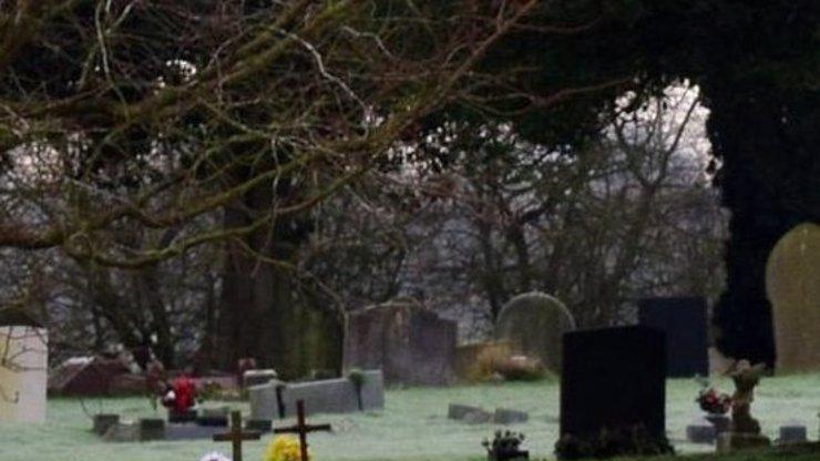Kdo se to prohání na hřbitově? Záhadou je, že ho vidí jen malé děti!