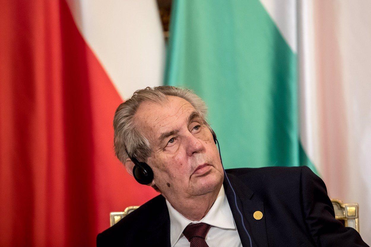 Prezident Zeman poslal herce do důchoďáků dělat radost. Jenže tam je zákaz návštěv