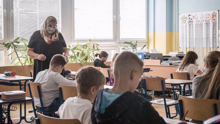 Vzpoura v Semilech: Škola se vybodla na vládní nařízení, testy a roušky řeší po svém