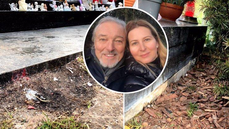 Požár hrobu Karla Gotta odnesly túje i trávník: Uklidit přišla zarmoucená vdova Ivana